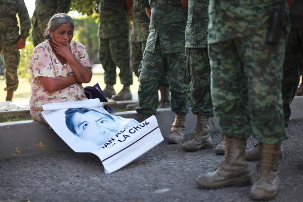 Madre junto a militares. Foto: Félix Márquez (@felyxmarquez)